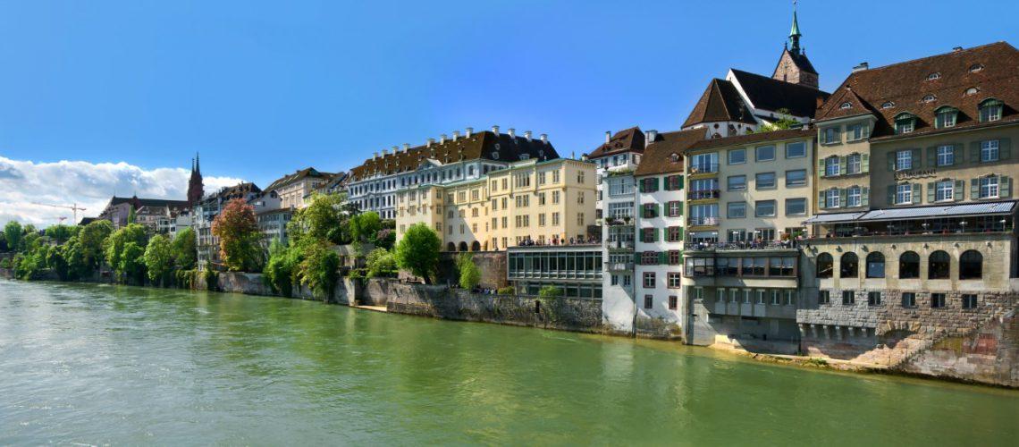 le long des rives du Rhin à Bâle , Suisse